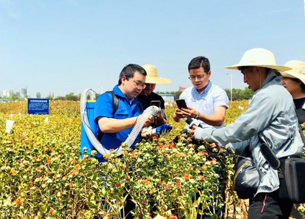 平顶山学院科研团队研制出便携式红花采摘机